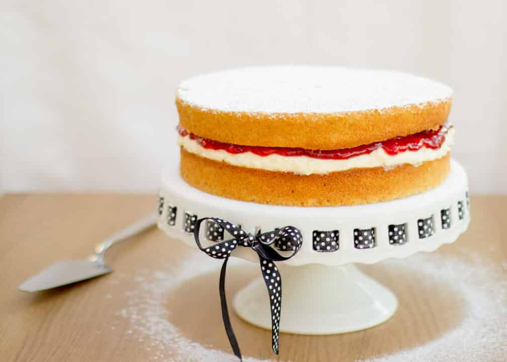 What Do You Sprinkle On Victoria Sponge Cake