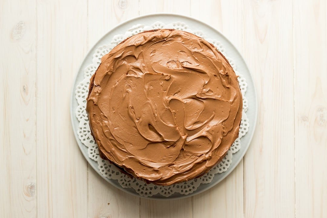 Easy chocolate cake recipe: A decorated chocolate cake on a plate