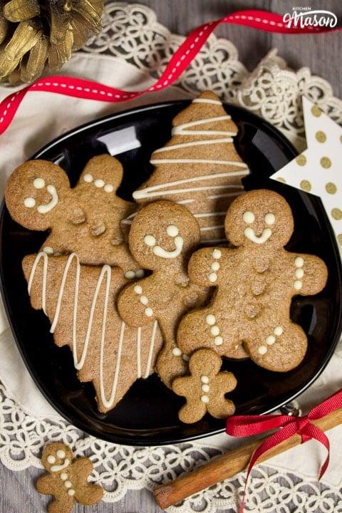 Easy gingerbread recipe: gingerbread men on a black plate