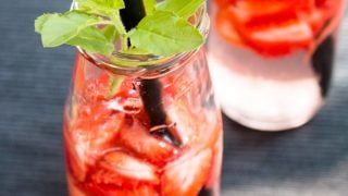 Fresh Strawberry Infused Water [DIY]